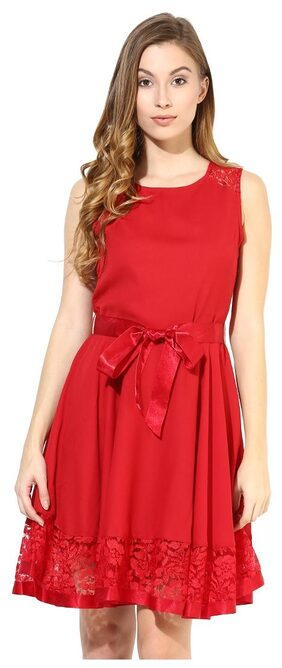 The Vanca Dress With Lace At The Bottom In Red Color