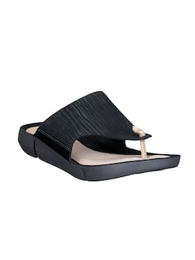 a95ae0cdc20 Clarks Women Black Leather Flip Flops
