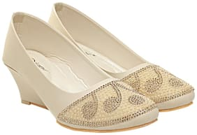 Digni Cream Synthetic Leather Women Bellies