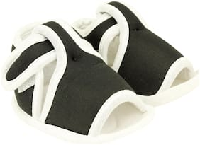 Neska Moda Black Sandals For Infants